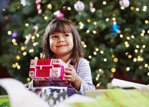 Если детки были послушными, то утром они находят подарок, если нет, то ветку