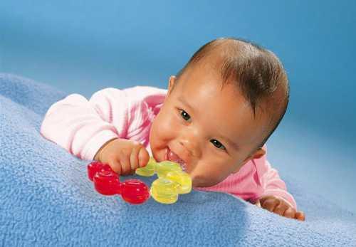 Сверните ее в несколько раз и повесьте на бортики кроватки, чтобы ребенок смог ее рассматривать