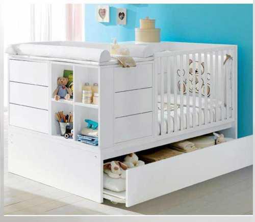 Для новорожденных поднимают дно, снимают стенку, вплотную придвигают кроватку к родительской