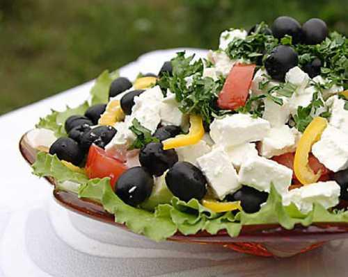 Но такой салат не будет хорошо храниться, слишком велик диссонанс у свежих овощей и копченостей