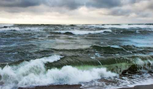 Бушующее море снится к предстоящим волнениям и переживаниям