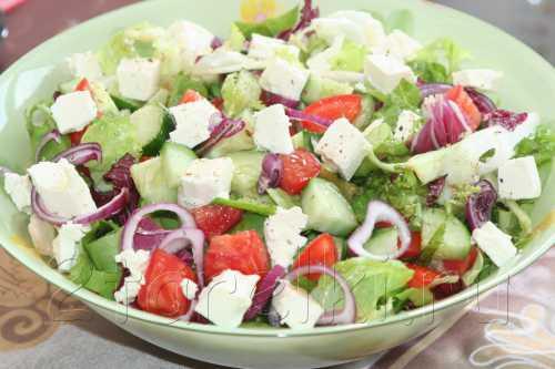 Все ингредиенты выложить в салатницу, перемешать