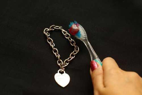 Как чистить серебряную цепочку, чтобы блестела: