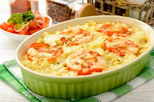 Залейте горшочки бульоном, накройте крышками, и поставьте в горячую духовку